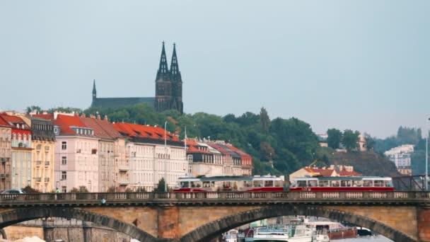 Praha, Česká republika. Tram Moving In Legion Bridge na podzim. Legie most nebo Most Legie a bazilika sv. Petra a sv. Pavla na pozadí