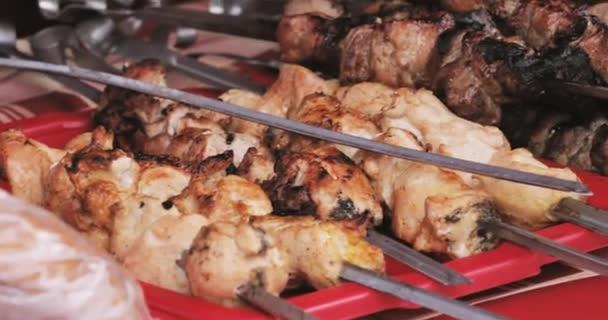 Grilovaná marinovaná Kavkaz grilování maso šašlik ražniči vepřové maso grilování na kovový špíz. Pouliční stánky s jídlem