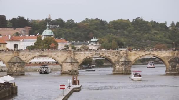 Praha, Česká republika. Pohled na Karlův most a řeku Vltavu v podzimní den. Dominantou a světového dědictví UNESCO