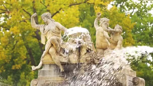 Cesky Krumlov, Česká republika. Staré kašně v zámecké zahradě v podzimní den