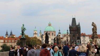 Praha, Česká republika. Lidé turistů chůzi na Karlově mostě. Dominantou a světového dědictví UNESCO