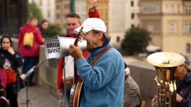 Praha, Česká republika. Ulice Buskers provedení jazzových písní u Karlova mostu v Praze. Busking je právní forma výdělku peněz na pražských ulicích