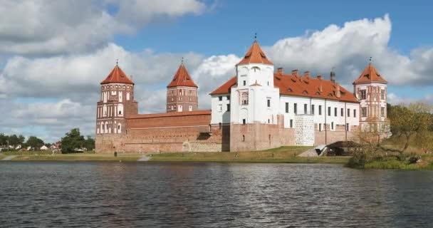 Mir, Fehéroroszország. Mir kastély komplexum a tó partjáról. UNESCO Világörökség része. Híres mérföldkő a nyári napsütéses napon a kék ég alatt