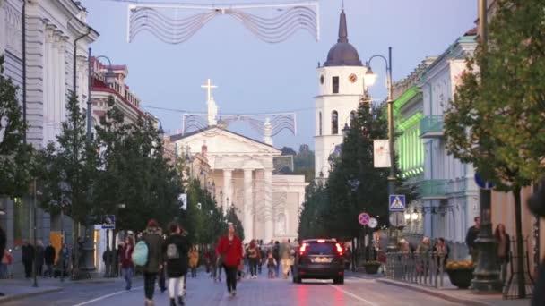 Vilnius, Litva. Pohled Gediminas Avenue nebo ulici Gedimino vedoucí do zvonice a katedrální bazilika St. Stanislaus a St. Vladislav