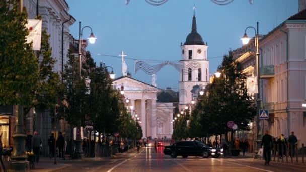Vilnius, Litva. Pohled na Gediminas Avenue nebo Gedimino ulice vedoucí do zvonice a katedrální bazilika St. Stanislaus a St. Vladislav ve večerních hodinách