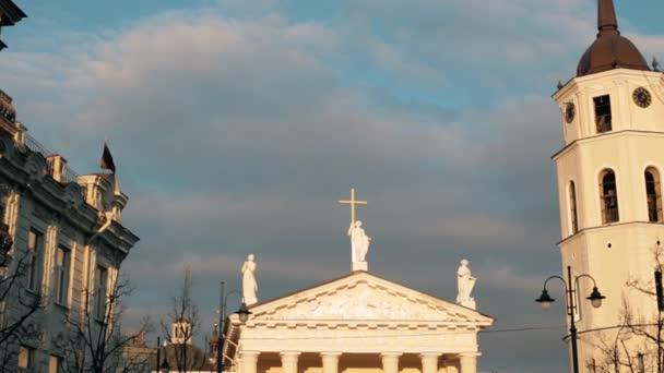 Vilnius, Litva. Pohled z ulice Gedimino Gediminas Avenue na náměstí poblíž Katedrála Basilica rákosem a St. Vladislav se zvonicí