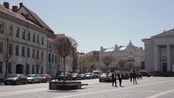 Vilnius, Litva. Lidí, kteří jdou v Town Hall Square v slunný jarní den. Slavné ulice na starém městě. Světového dědictví UNESCO