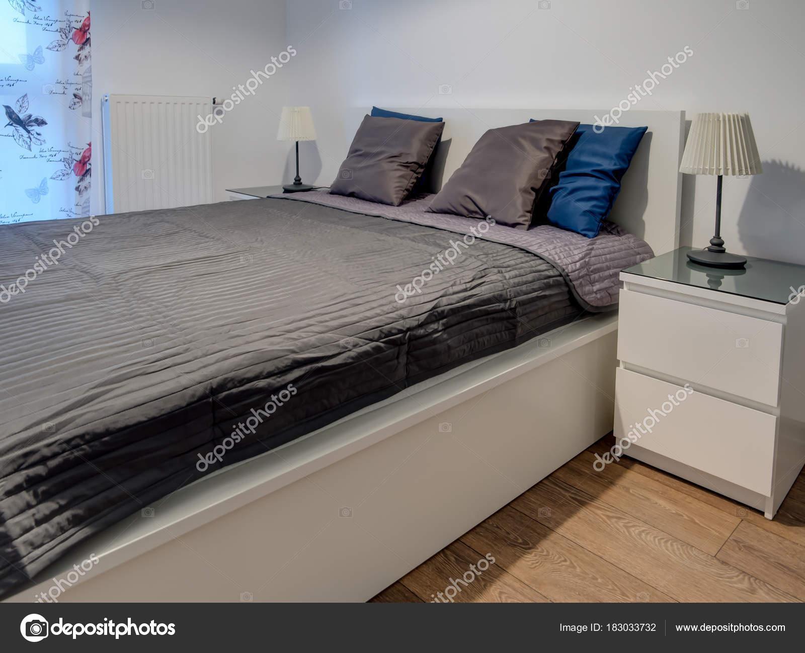 Novo Apartamento Mobiliado Quarto Pequeno Branco Com Janela Stock