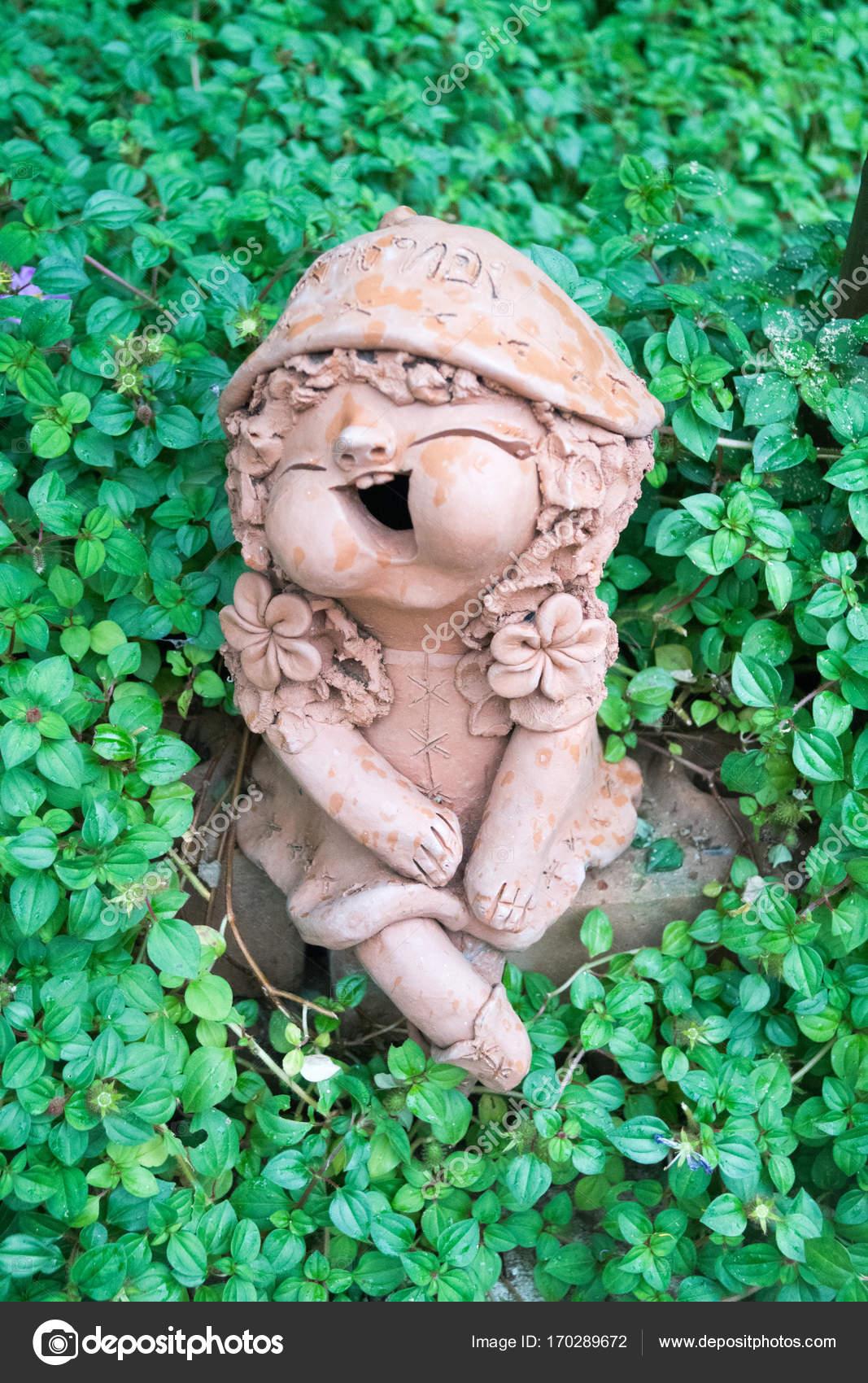 Ton Figuren Im Garten Stockfoto Babettsbildergmailcom 170289672