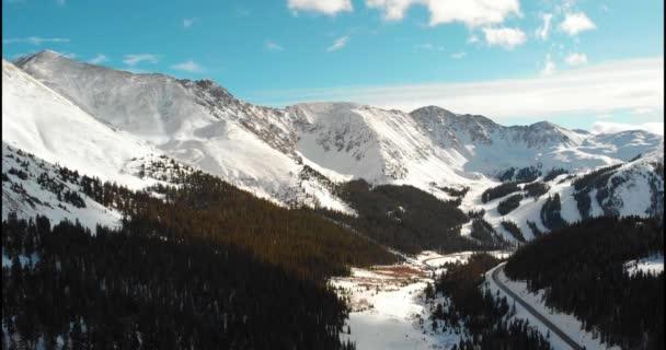 Dron zachycuje nádherný výhled na hory a stromy podél oblasti Loveland Pass v Coloradu.