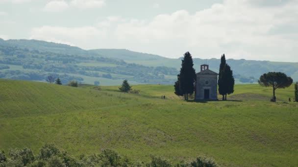 wunderschöne Frühlingslandschaft mit grünen sanften Hügeln und bekannter Vitaleta-Kapelle bei Pienza im Herzen der Toskana