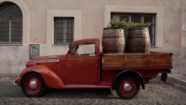 Řím, Itálie - 14. května 2019: Červený retro kamion. Ukazatel restaurace Carlo Menta