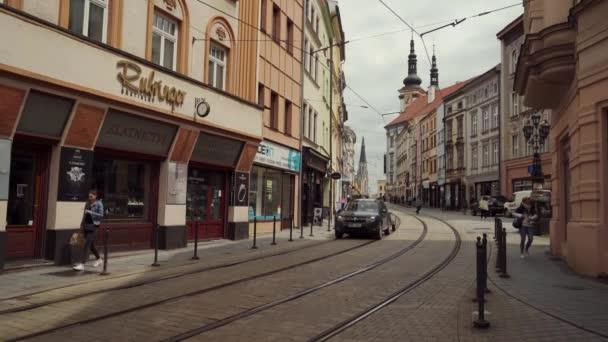 Olomouc, Česká republika - květen 2019: dvě tramvaje projíždějící starou ulicí