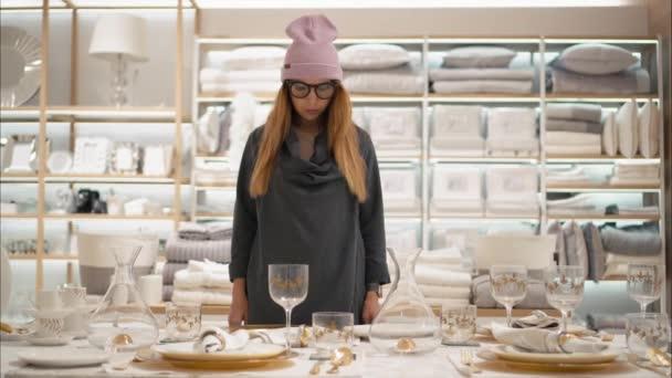 Minsk, Bělorusko - 10 října 2017. Vnitřní Zara Home maloobchodě v Minsku. Mladá bokovky ženské v módní brýle zvolí pokrmy v úložišti. Nakupování