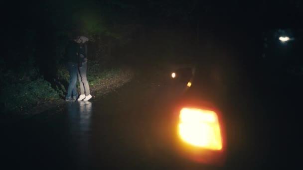 Mladý nádherný pár objímání a líbání na silnici v noci