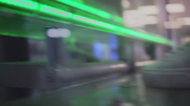 Ta holka vyleze zelené svítící schodiště