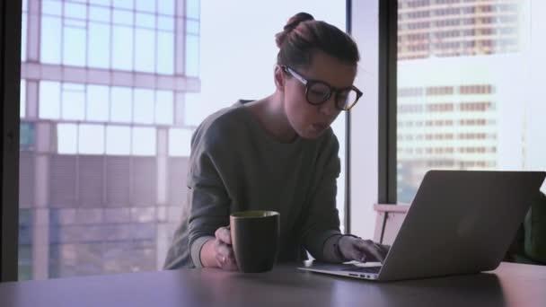 Úspěšné podnikání dáma začne pracovat na notebooku. Ženské na volné noze v úřadu se otevírá notebook začít pracovat. Mrakodrapy pozadí s obchodním centrem