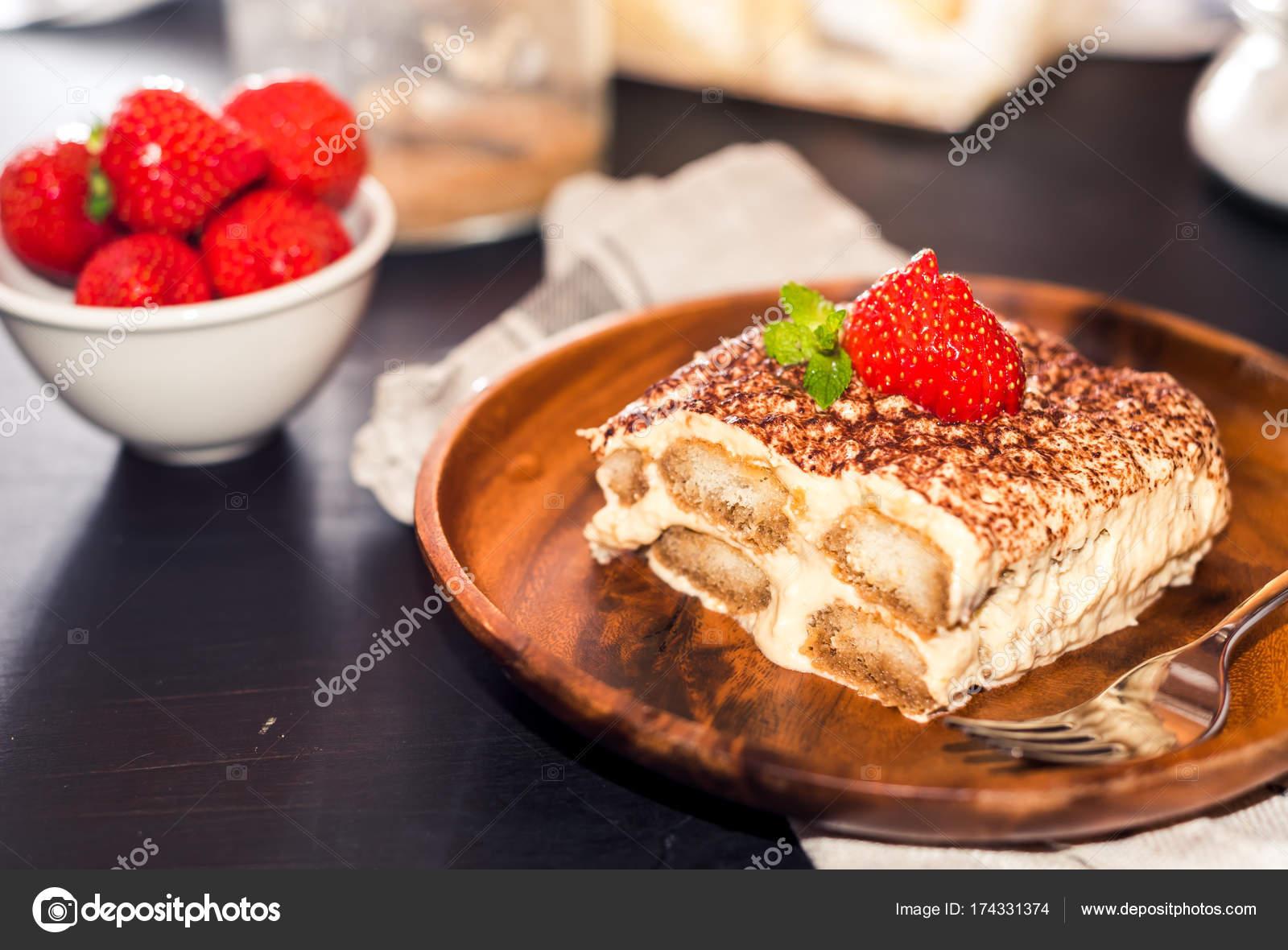 Pastel de tiramisú casero decorado con fresas cocina italiana ...
