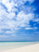 bílý písek, moře a modrá obloha, tropický ostrov v Tichém oceánu