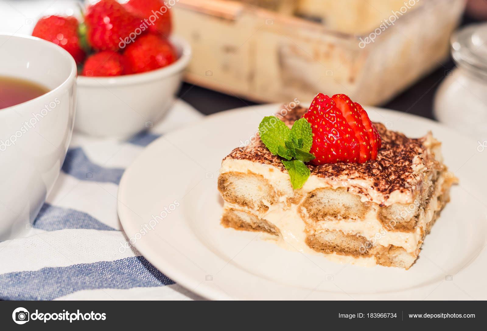 pastel de tiramisú decorado con fresas cocina italiana, enfoque ...