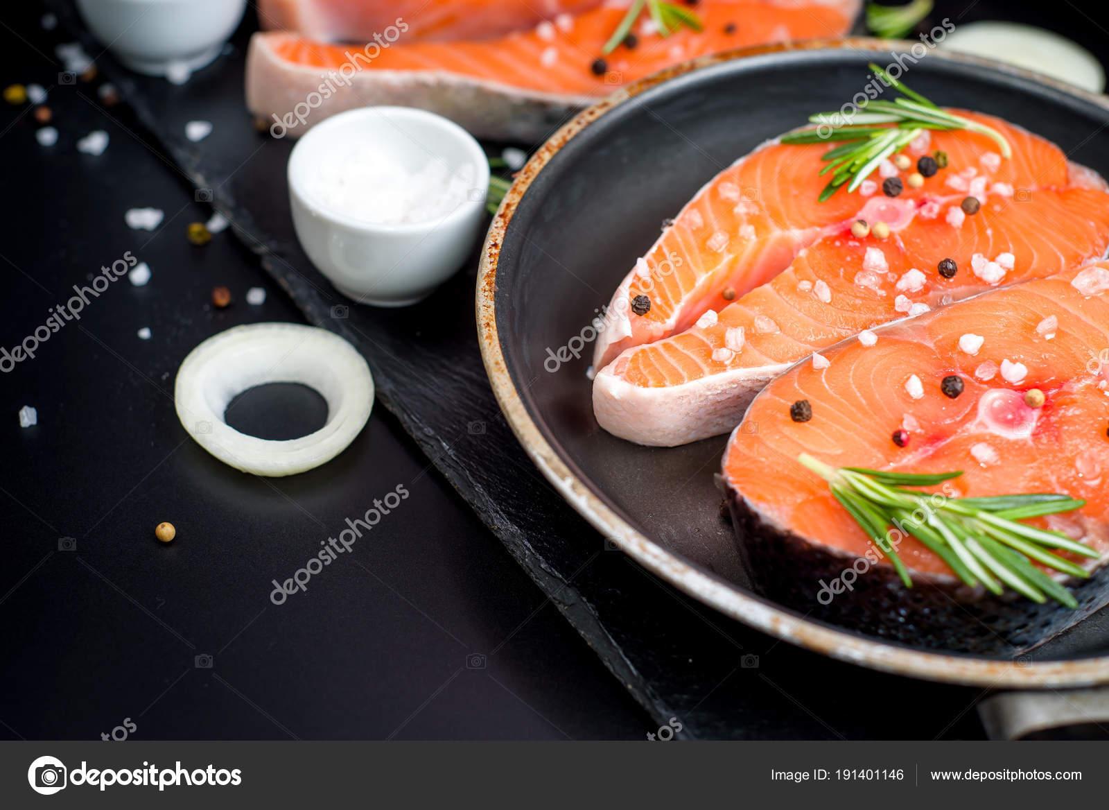 Pescado Crudo Preparado Salmón O Trucha, Carnes, En Una Sartén Para Cocinar,  Con Sal, ...