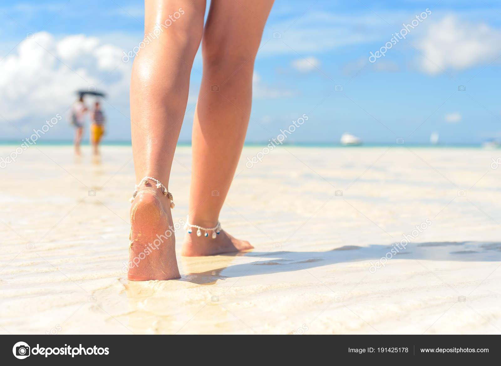 55511d6e16 Παραλία έννοια του ταξιδιού. Σέξι πόδια σε τροπική παραλία με άμμο.  Περπάτημα γυναικεία πόδια. Κινηματογράφηση σε πρώτο πλάνο — Εικόνα από ...