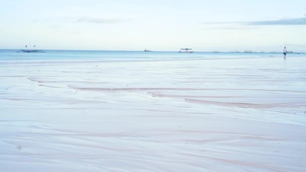 Ráno na rajské pláži s bílým pískem a čistou vodou. Zpomal, ticho. Filipíny, Boracay, White Beach.