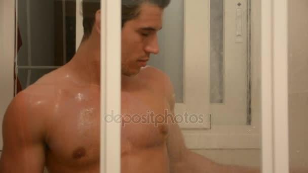 svalnatý muž mytí tělo pod sprchou