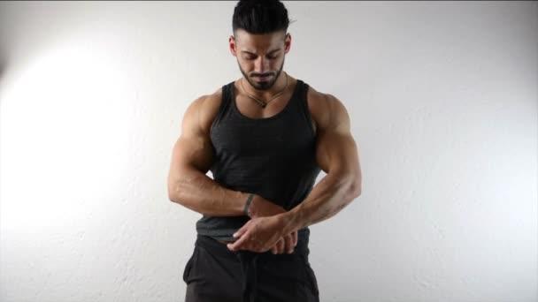 Uomo muscolare undressing, decollo Canotta