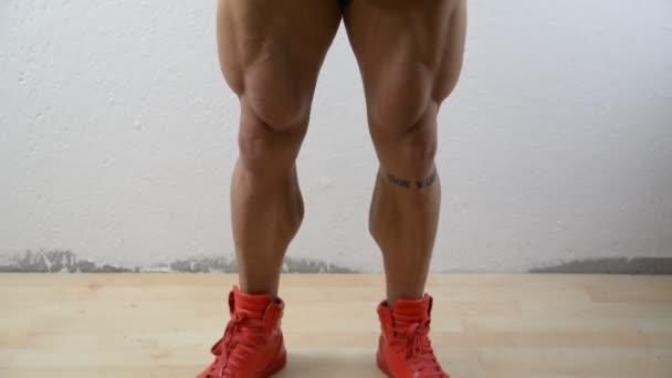 Scorrimento verticale su bodybuilder muscolare in studio