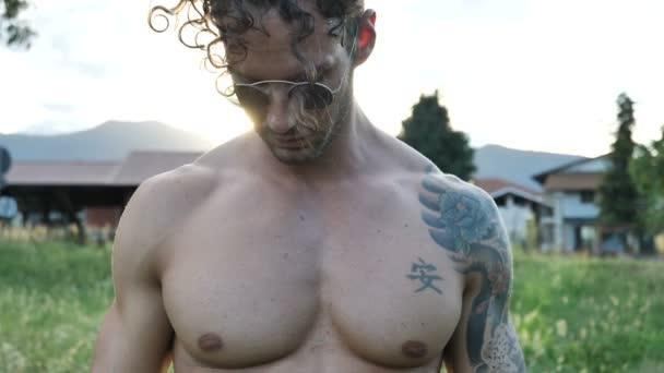 Pezzo senza camicia muscolare uomo allaperto in campagna