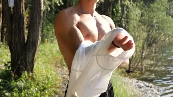 Attraente giovane muscoloso medicazione