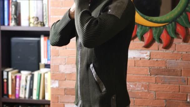 I giovani misura luomo maglione su torso muscoloso nudo di apertura