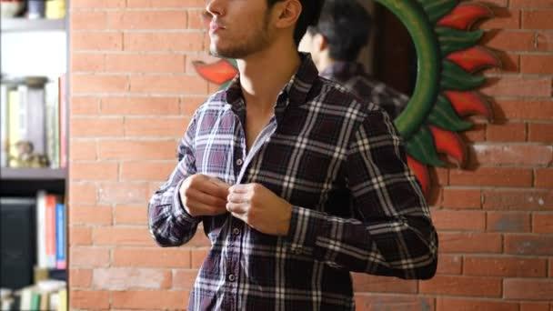 I giovani misura lapertura maglia su torso muscoloso nudo delluomo