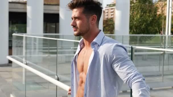 Jistý muž v svlékl košili