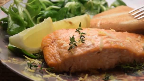 Detailní záběr na filet z lososa s citronem