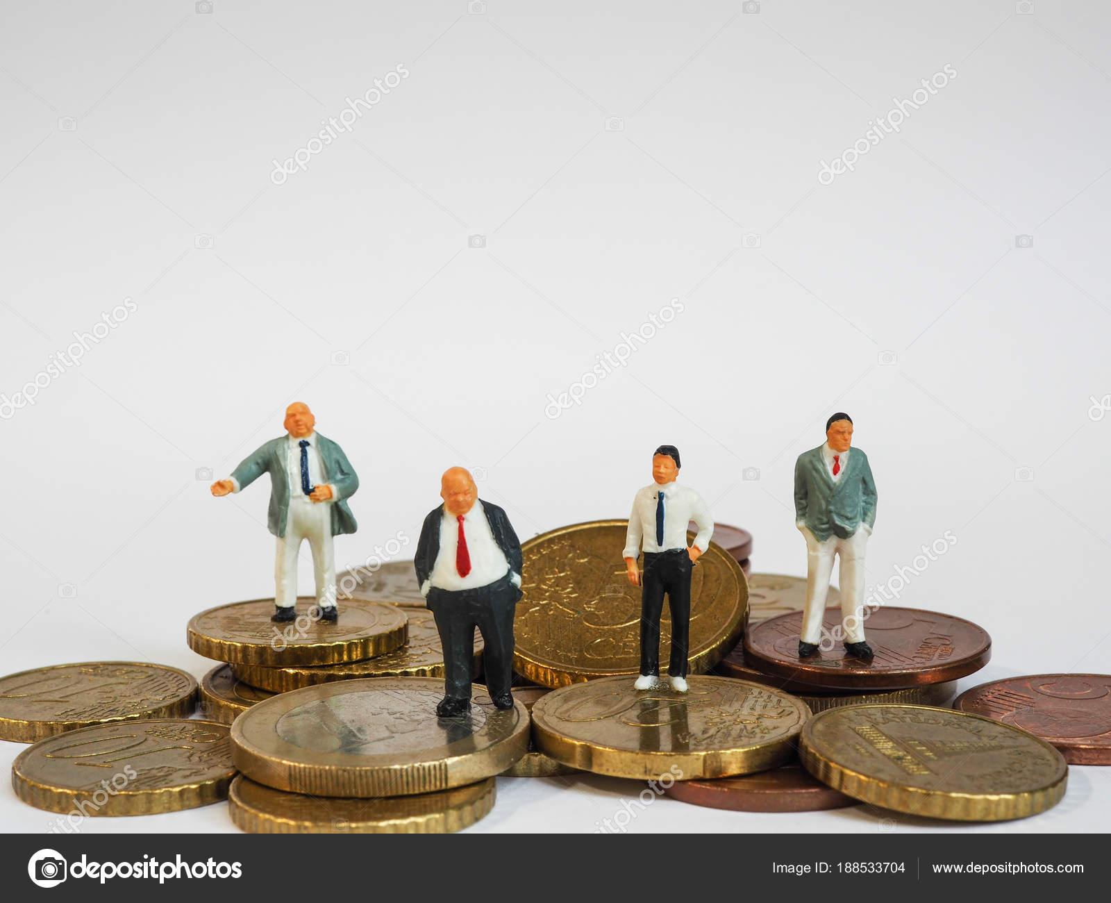 Miniatur Geschäftsmann Auf Euro Münzen Und Buch Bank Stehen Busines