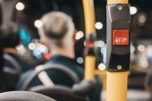 Detailní záběr z červené tlačítko Stop uvnitř autobusu double decker v Londýně