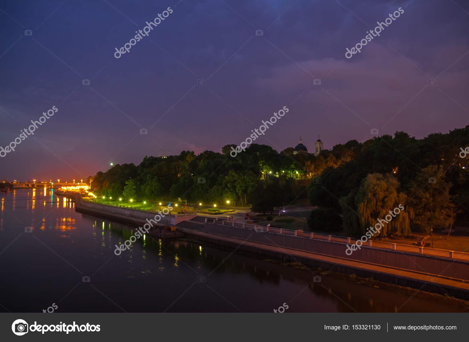 Piazza della città durante l ora blu con illuminazione notturna e