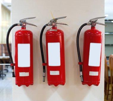Kırmızı yangın söndürücü