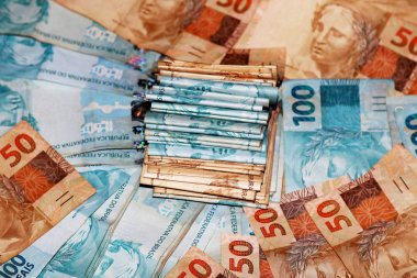 Cash package with new notes of 100 reais