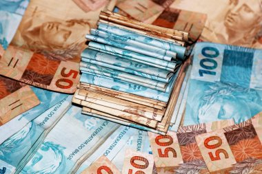 Packages with 50 and 100 Brazilian reais
