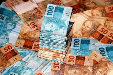 Cash package with 100 and 50 reais notes