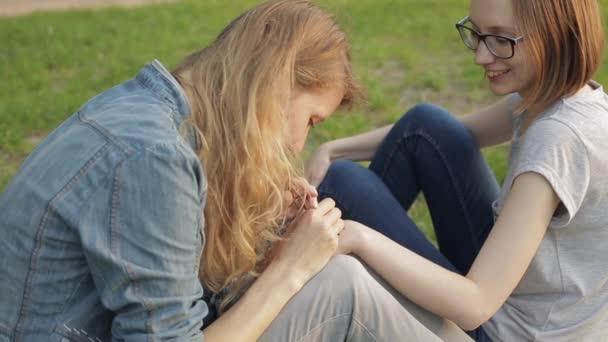 Fiatal nő így virágos mehendi egy leosztást használ hennát