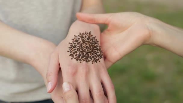 Kezében két fiatal kaukázusi lányok virágos mehndi tetoválás.