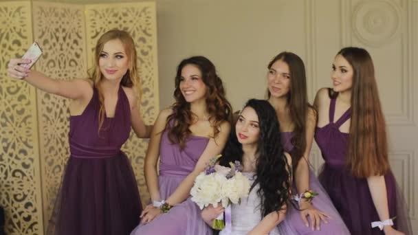 2e701bcf0549 Bridesmaids είναι φωτογραφήθηκε σε ένα smartphone και γέλιο κατά τη ...