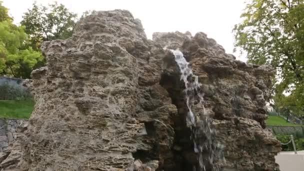 Krásný kamenný vodopád kašna v zahradě. Padající vody closeup