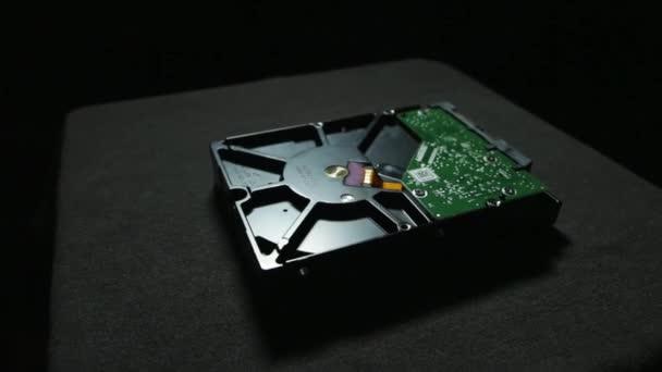 Gros plan du disque dur dessous dans une pièce sombre sur la surface