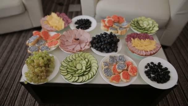 Essen auf dem Tisch serviert. Hochzeitsempfang für Gäste auf dem Kaffeetisch eines Hotelzimmers.