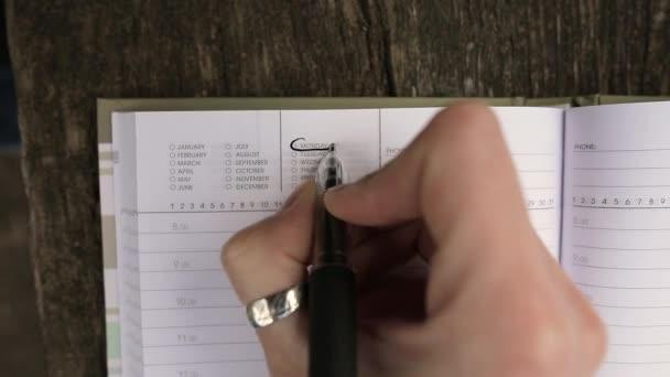 Nový začátek od pondělí konceptu. Mladá dívka tvůrčí psaní dolů do svého zápisníku pro plány.
